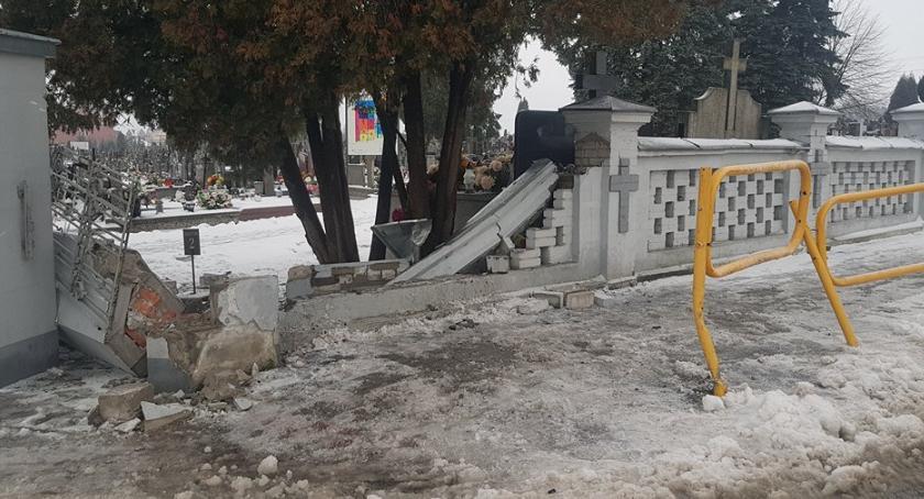 Garwolin Wjechal W Ogrodzenie Cmentarza I Uciekl
